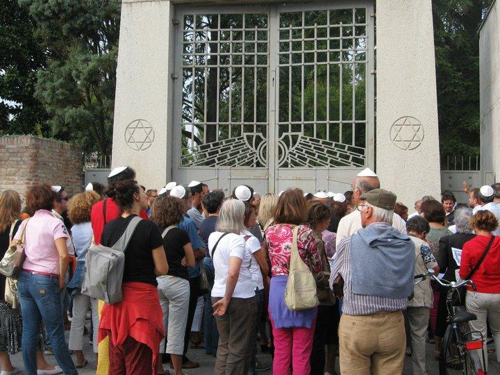 Al cimitero ebraico